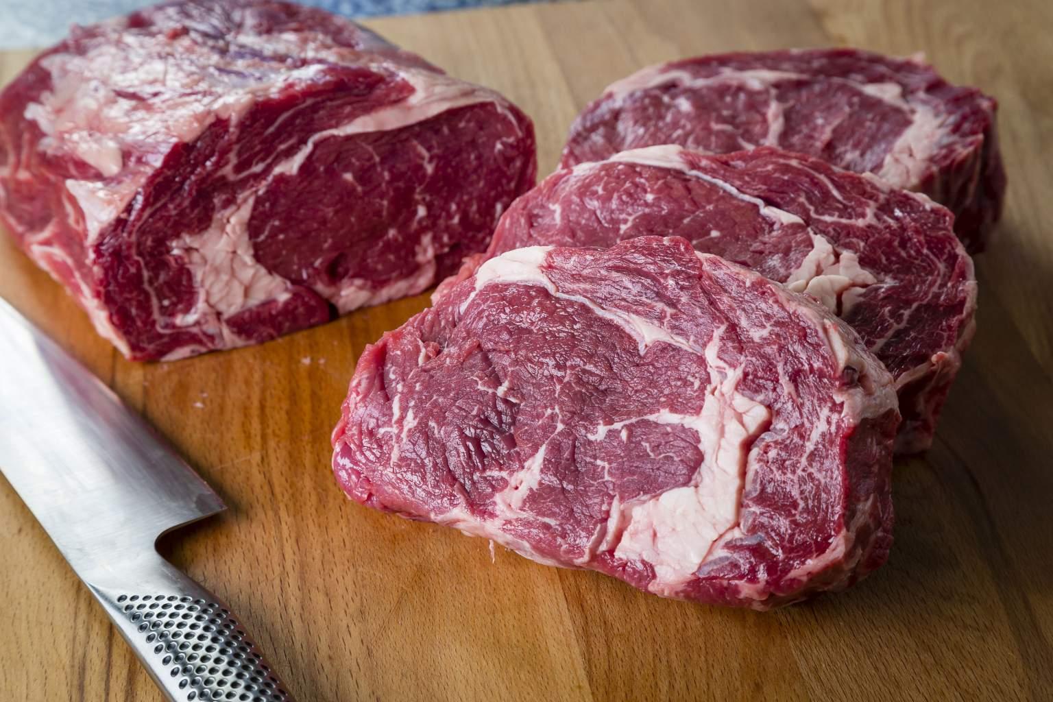 La viande et tous les produits proposés par le restaurant Le Vieux Marché font l'objet de vérifications rigoureuses afin de vous apporter entière satisfaction.  Contrôlée dès son origine par notre réseau de confiance, la matière première est sélectionnée avec soin, selon un cahier des charges scrupuleux, permettant la réalisation de plats sains et gourmands.Maturées au sein du restaurant Beef & Co, les viandes sont conservées dans une cave à viande. Une conservation idéale pour proposer des viandes de qualité, toujours aussi savoureuses et goûteuses. Ce processus permet également de garantir cette tendreté et ce goût si particulier.